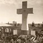 Cruz que se levantó en el patio central el día de la Inauguración